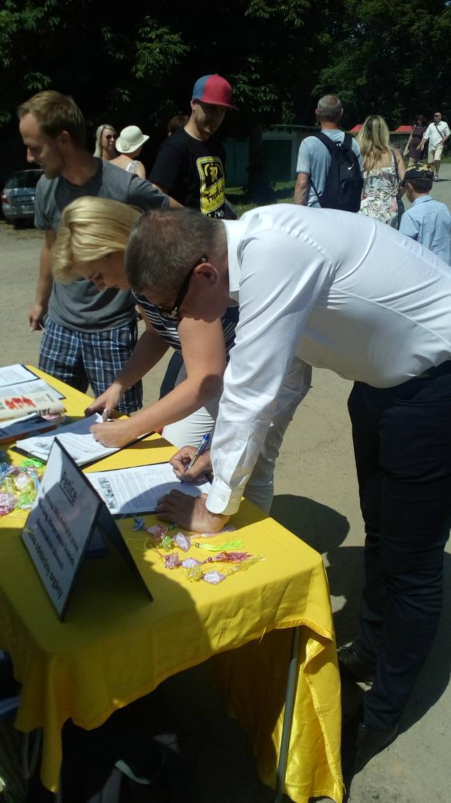 Andrej Babiš podepisuje petici proti pronásledování Falun Gongu v Kunštátu na Svátku řemesel v červnu 2017.(Falungong.cz)